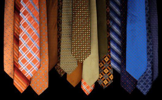 Gemusterte Krawatte als Hingucker (Bild: Omoot - shutterstock.com)