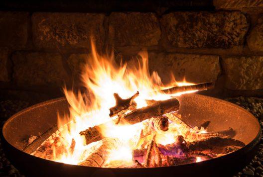Eine Feuerschale sorgt für eine besondere Atmosphäre. (Bild: juhe-IdeeID - shutterstock.com)