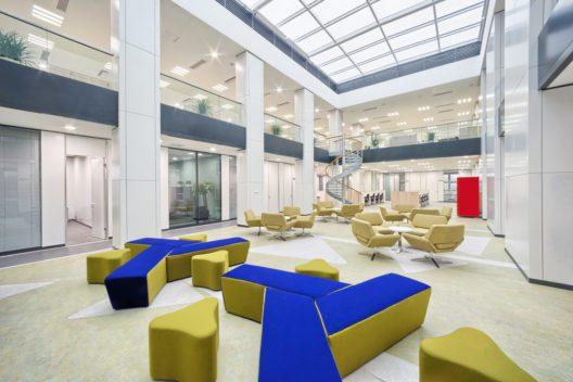 Raum für Kommunikation im Büro schaffen (Bild: zhu difeng – shutterstock.com)