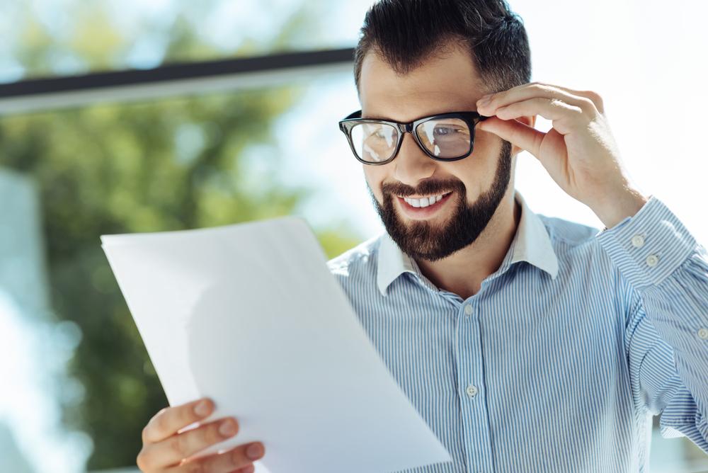 Ein gutes Arbeitszeugnis ist erfreulich - werfen Sie es bei der Bewerbung in die Waagschale.