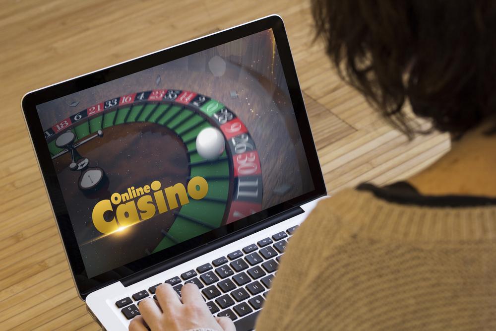 Viele Online Casinos bieten einen Bonus. (Bild: Georgejmclittle - shutterstock.com)